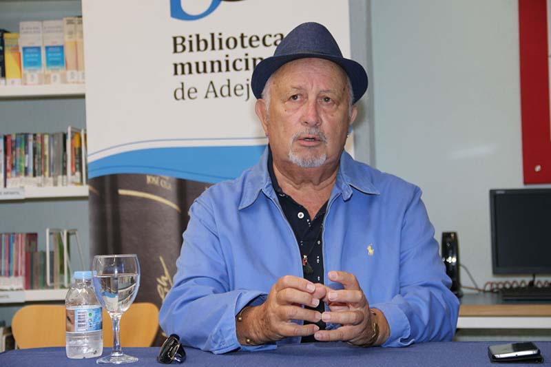El escritor Alberto Omar Walls presentó en la Universidad de Verano de Adeje su última novela